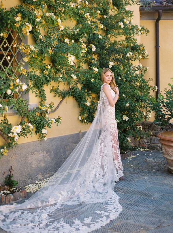 Lace mermaid wedding dress with cape by Pronovias - Photography: The cablookfotolab