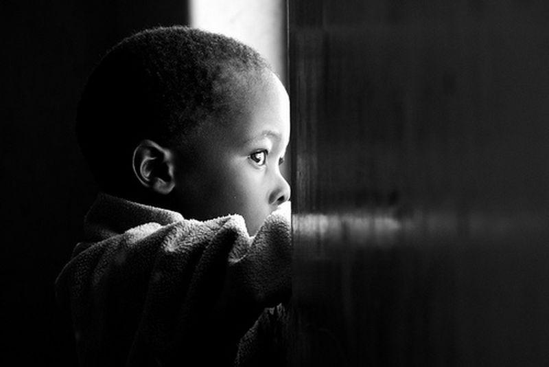 un nene mirando a la nada
