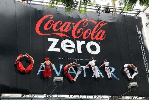 Una valla de Coca-Cola acoge una coreografía vertical