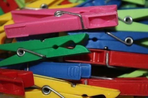 combinaciones-de-colores-burdeos-pinzas