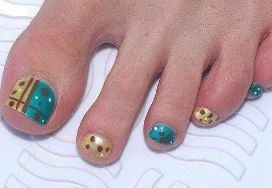 decorar-unas-pies-2014-uñas-dorada-verde-lunares