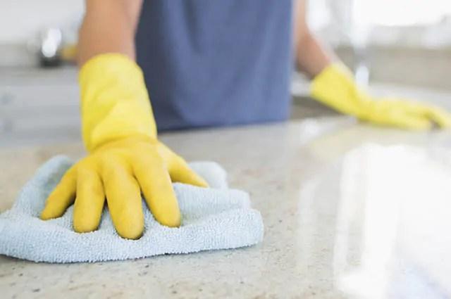 Use água e vinagre para desengordurar o fogão e as bancadas