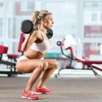 Entre os melhores exercícios para glúteos e pernas estão o agachamento e o afundo