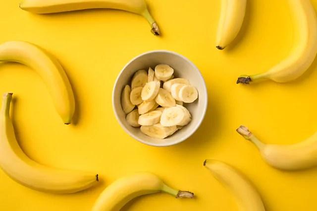 Comer banana antes de dormir pode ajudar na busca pelo emagrecimento