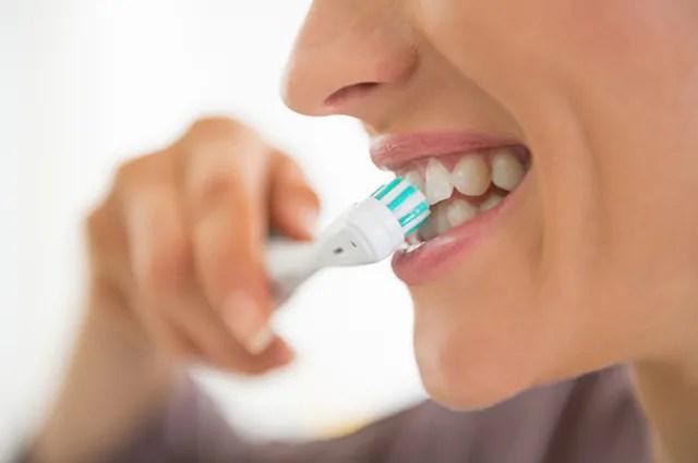 Escove os dentes mesmo tendo queimado a língua, mas poupe a da escovação
