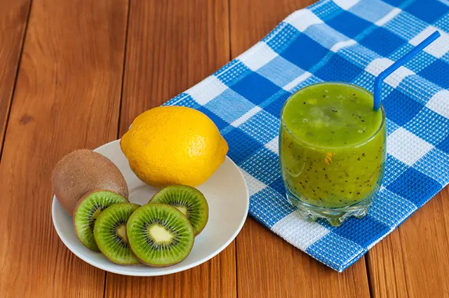 O limão é uma opção refrescante para combinações de suco de kiwi