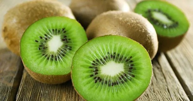 comer-fruta-kiwi-emagrece-a-noite Dermatologista revela os alimentos que ajudam na proteção contra o sol