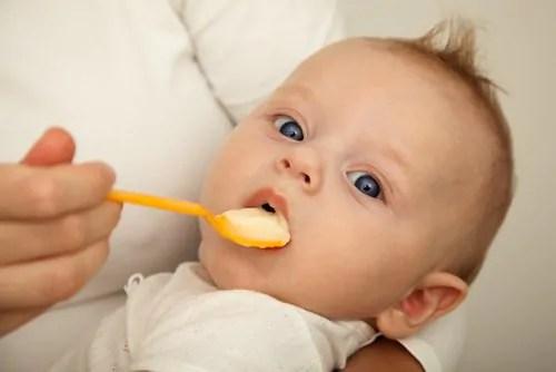 Como começar a introduzir alimentos sólidos na dieta do meu bebê?
