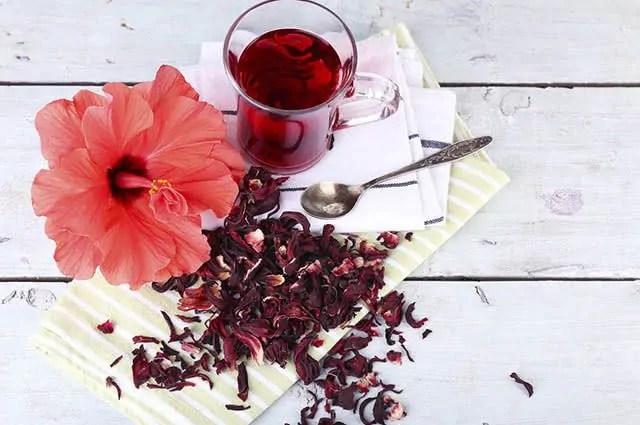 O chá de hibisco compõe a lista dos melhores chás diuréticos