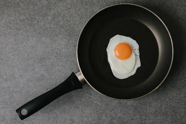 De acordo com a tabela nutricional, o ovo frito é o que contém mais calorias
