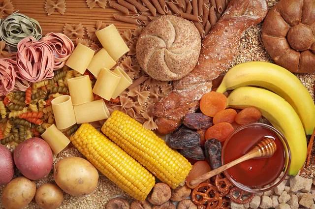 Entre os alimentos ricos em carboidratos estão o feijão preto, a lentilha e a aveia