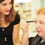 Mulheres superam deficiência visual em curso de automaquiagem