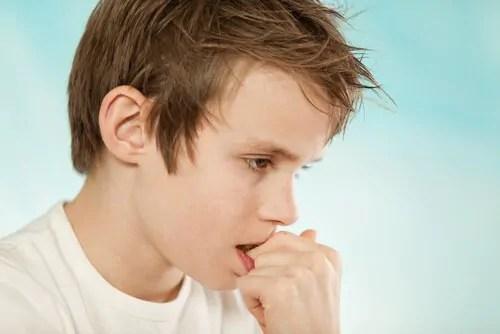 menino-roendo-a-unha Como cortar as unhas das crianças: 4 truques para ajudar você!