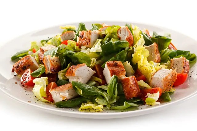 Alface, peru light e maçã são os principais ingredientes dessa salada