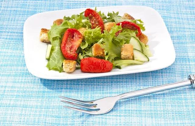 Fatouche é um tipo de salada para o verão feito com vegetais frescos