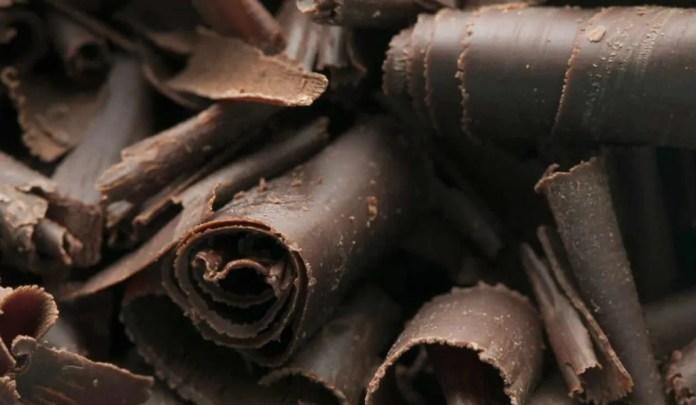 chocolate-amargo-e1578917937306-1024x596 Dermatologista revela os alimentos que ajudam na proteção contra o sol