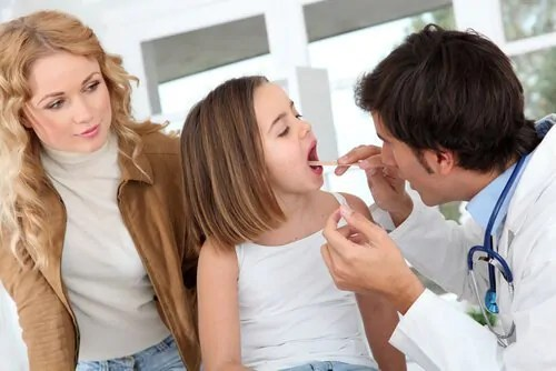O médico deve determinar se as amígdalas devem ser removidas.