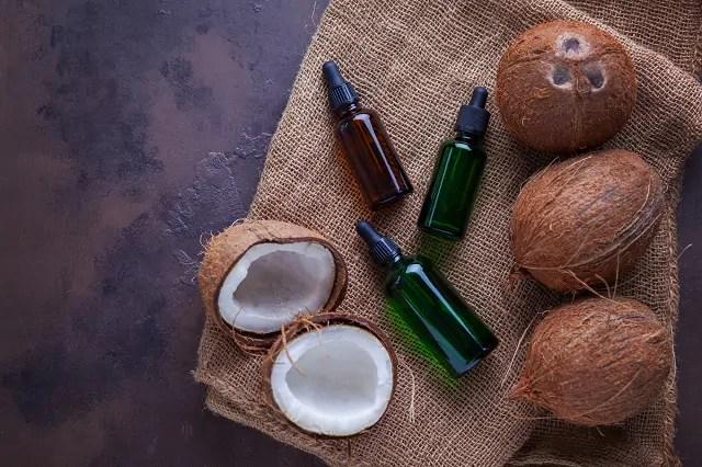 O óleo de coco auxilia no controle da oleosidade dos fios