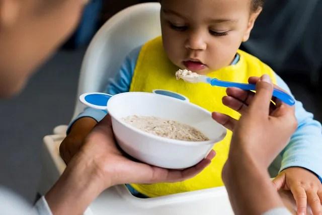 Bebê comendo mingau