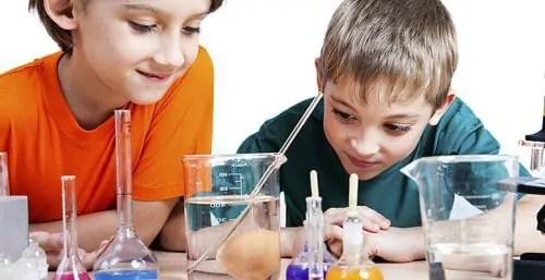 meninos aprendem ciência