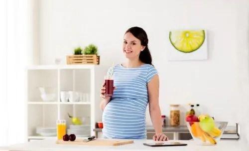 gravida-bebendo-suco Os sentimentos que uma mulher grávida pode experimentar