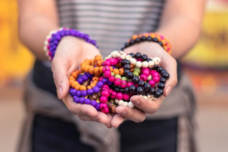 Ação de franquia oferece pulseiras feitas com semente de açaí