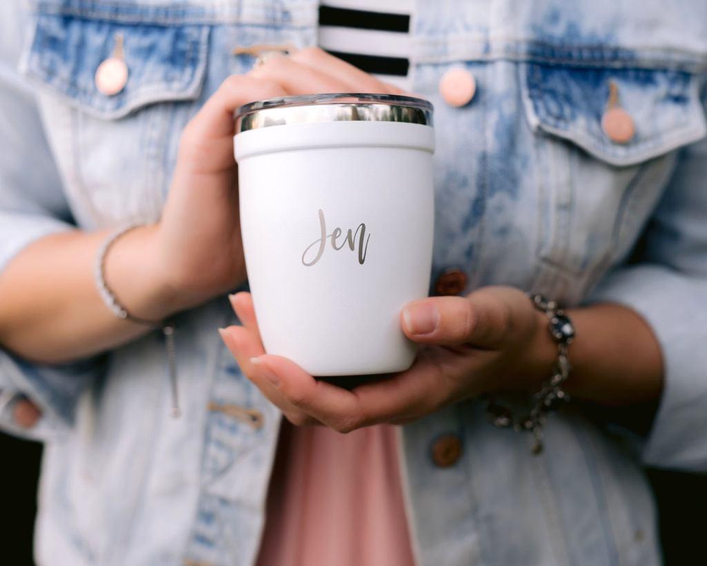 imagina un vaso personalizado para cada invitado, solo en bodas pequeñas pasa esto