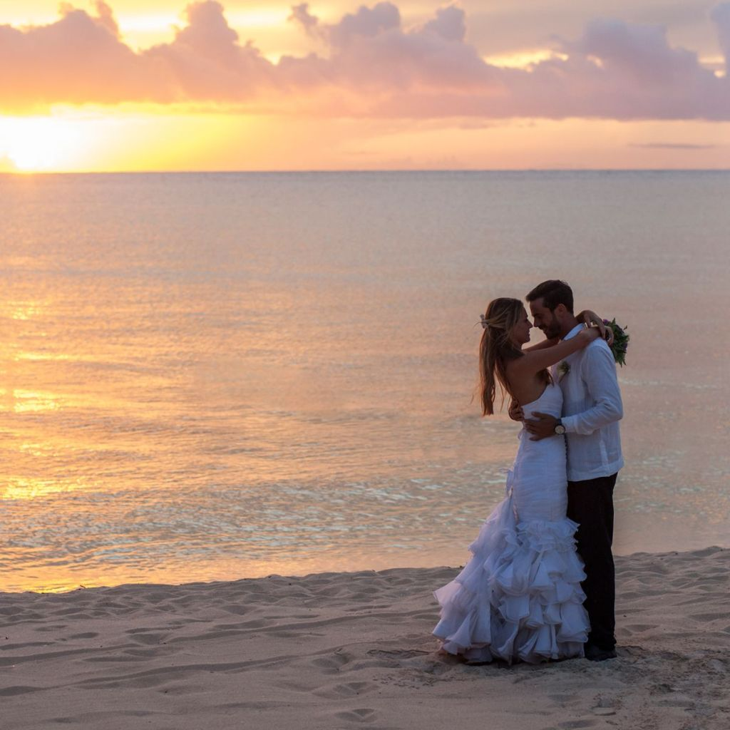 cómo organizar una boda en la playa con espectaculares fotos a la orilla del mar