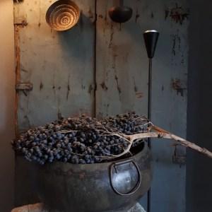 Doorleefde oude ijzeren waterpot
