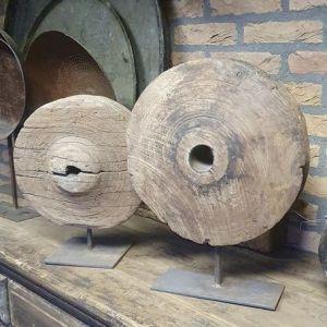 Houten wiel op standaard voor een stoer en sober interieur