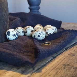 zwart linnendoek met ingeslagen ring bij Benard's Woonaccessoires