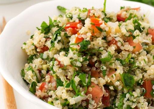Tabulé de quinoa con manzana verde, albahaca y salvia fresca