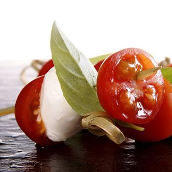 Brochetas de cherry con bolitas de mozzarella, albahaca fresca y crema de aguacate