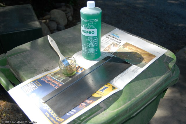 Brush the rust neutralizer on to the cleaned saw plate.