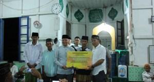 Gubernur Rohidin Serahakan Bantuan Pembangunan Masjid di Lebong