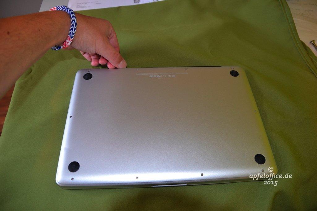 Bodendeckel des Macbook Pro vorsichtig am hinteren Ende anheben