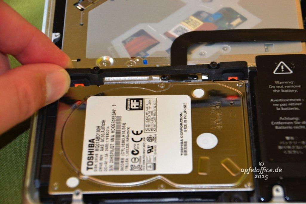 Bügel zur Halterung der Festplatte im Macbook Pro entfernen