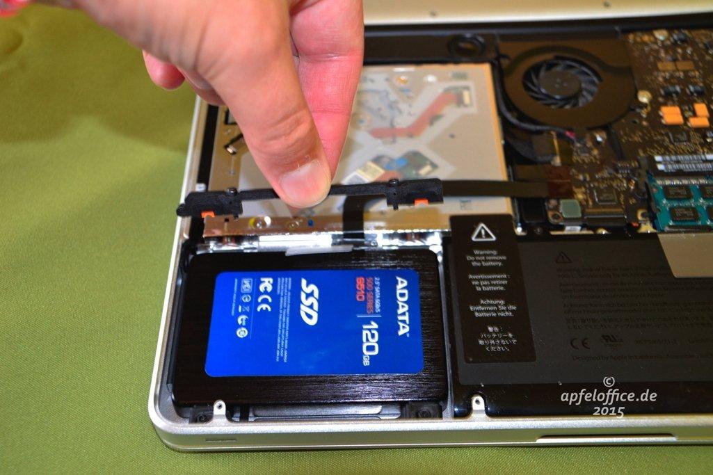 Halterung zur Fixierung der SSD im Macbook Pro anbringen