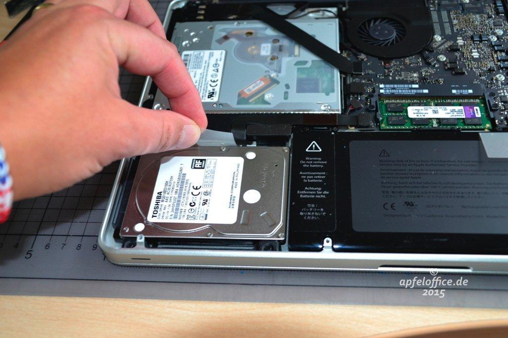 HDD vorsichtig anheben, damit die Flachkabel im Macbook Pro nicht beschädigt werden