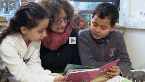 In der Medardus-Grundschule Bendorf bekommen Flüchtlinge von engagierten Lehrern Deutschunterricht. Quelle: SWR via iOSXpert Ltd.