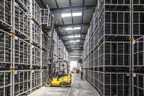 Anlagenbuchhaltung– Lagerhalle mit Gabelstapler