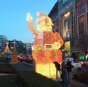Beleuchteter Weihnachtsmann in Berlin vor dem KaDeWe, 2015