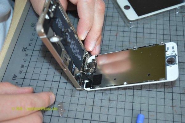 iPhone Display Reparatur-Austausch: Der Home Button ist herausgelöst
