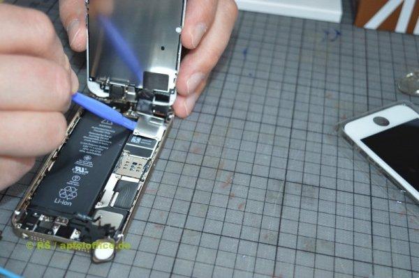 Abdeckung und Steckverbindungen vorsichtig abheben. Nur Plastik-Werkzeug verwenden!