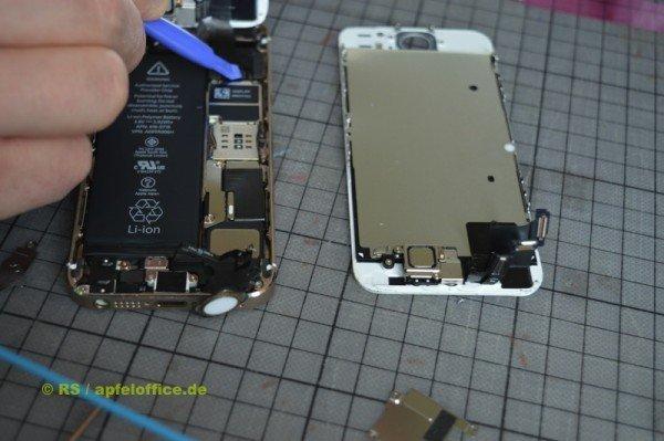 Das neue iPhone Display wird an das Mainboard angeschlossen