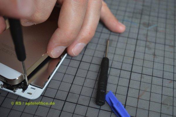 Mit festgeschraubtem Home Button ist wieder weniger Platz vorhanden und außerdem Vorsicht geboten