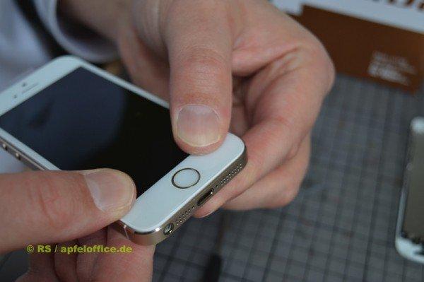 An den Seitenrändern des iPhone Display entlang vorsichtig bis zum unteren Ende hin andrücken.