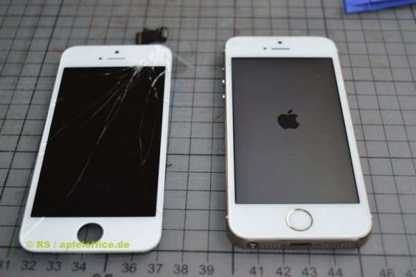Repariertes iPhone 5S mit neuem Touchscreen Retina-Display. Daneben das ausgebaute, defekte Display