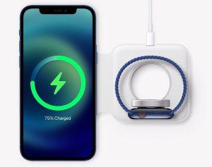 Apple iPhone 12 2020 mit MagSafe Ladeadapter ©Bild: Screenshot der Apple Keynote vom 13.10.2020