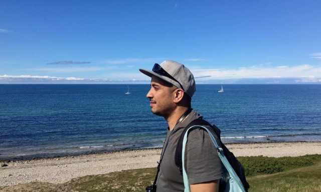 Mann mit Cap genießt das Wetter an der dänischen Küste in Gilleleje